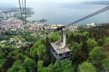 """<p class=""""title"""">Panoramablick</p><p>Selbst aus einiger Entfernung bleibt der Bodensee ein wahrer Blickfang. Um ein einzigartiges Panorama auf den Bodensee, die Stadt und die Alpen zu bestaunen, bietet sich die Pfänderbahn ideal an. Die Bergbahn führt auf den 1064 Meter hohen Hausberg und wer gut zu Fuß ist, kann auch die Wanderwege nutzen.</p>"""