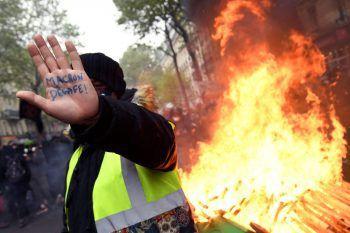 """<p>Paris. """"Macron tritt zurück"""": Auch in Frankreich war der gestrige Tag von heftigen Protesten geprägt.</p>"""