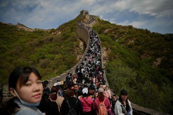 <p>Peking. Ausflug: In Massen stürmten gestern Besucher die Chinesische Mauer. Die ursprünglich als Schutzanlage gedachte Grenzsicherung, die während der Ming-Dynastie errichtet worden war, ist ein ungebrochen beliebtes Ausflugsziel. Fotos: AFP, APA, AP</p>