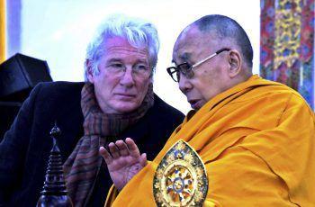 Richard GereDer US-Schauspieler ist bekennender Buddhist, setzt sich seit Jahrzehnten für die Rechte Tibets ein und hegt eine enge Freundschaft mit dem Dalai Lama. In Tibets Nachbarland China kommt sein Engagement nicht gut an: Seit den 1990ern darf Gere nicht mehr nach China einreisen.