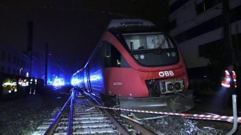 Rund 400 Meter vor der Einfahrt in den Bahnhof ist der Zug entgleist.Foto: APA