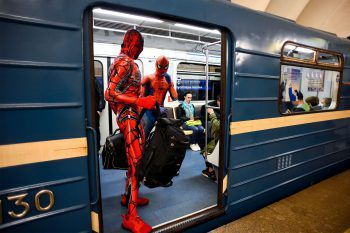 <p>Sankt Petersburg. Witzig: Zwei Straßenkünstler sind in der Metro als Spiderman unterwegs.</p>