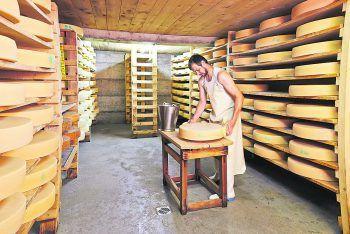 """<p class=""""caption"""">Senner Peter nimmt sich auf der Alpe Vorderüntschen seine Zeit für eine liebevolle Käsepflege.</p>"""