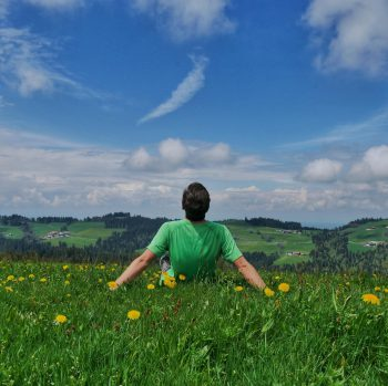 """<p class=""""caption"""">Thaddäus genießt die schöne Vorarlberger Natur.</p>"""