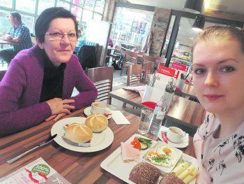 """<p class=""""caption"""">Tina genießt gerne das Frühstück gemeinsam mit ihrer lieben Mama.</p>"""