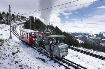 <p>Vitznau. Historisch: Eine Dampflok aus dem Jahr 1873 tuckert am 150. Jahrestag der Schweizerischen Rigi-Bahn den gleichnamigen Berg hoch.</p>