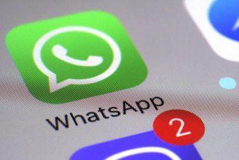 Wer den neuen WhatsApp-Richtlinien nicht zugestimmt hat, verliert nach und nach diverse Funktionen. Foto: AP