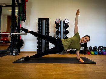 """<p class=""""caption"""">Wiederhole die Übung auf der anderen Seite. Um es etwas einfacher zu gestalten, können die Bein angewinkelt werden. Für Fortgeschrittene: Hebe dein Bein und halte die Position ein paar Sekunden.</p>"""