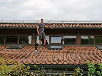 Wolfgang Greif vom Vorarlberger Kinderdorf zeigt die bestehende Photovoltaikanlage.