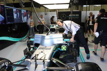 """<p class=""""caption"""">2019: Philipp Brändle arbeitet in Spielberg am Weltmeisterauto von Lewis Hamilton.</p>"""