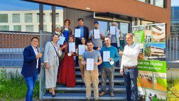 Acht der 14 erfolgreichen Absolventen des Sprachlehrganges. Foto: handout/AQUA Mühle