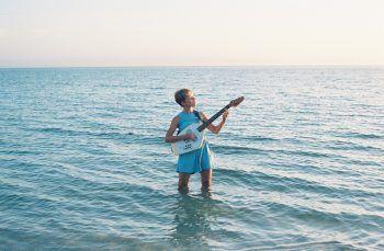 Alice Phoebe Lou steht beim diesjährigen Poolbar Festival auf der Bühne – und nicht im Wasser. Fans dürfen sich auf ihr Konzert am 16. Juli freuen. Foto: handout/Poolbar
