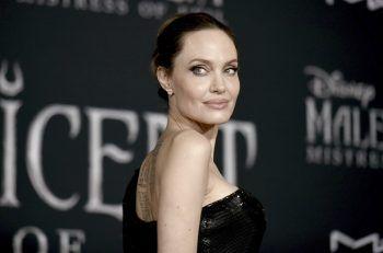 """Angelina JolieAls Lara Croft im Film """"Tomb Raider"""" wurde die Schauspielerin nicht nur weltberühmt, sondern lernte auch einen speziellen Skill: das Messerwerfen. Mit der Oscarpreisträgerin legt man sich also besser nicht an."""