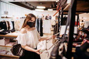 """<p class=""""caption"""">Bei einem Einkaufsbummel konnte Sarah die neuesten Modetrends abchecken und sich ein sommerliches Outfit aussuchen.</p>"""