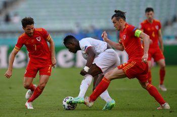 Breel Embolo im Zweikampf mit Gareth Bale und Joe Allen. Foto: AFP