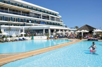 """<p class=""""caption"""">Das Hotel Sun Garden in schönster Lage direkt am Sandstrand.</p>"""