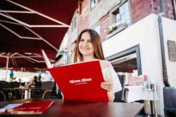"""<p class=""""caption"""">Das Rote Haus hat in Dornbirn eine lange Tradition – heute ist es ein beliebtes Restaurant. Highlight: Im schönen Gastgarten kann man es sich so richtig gutgehen lassen.</p>"""