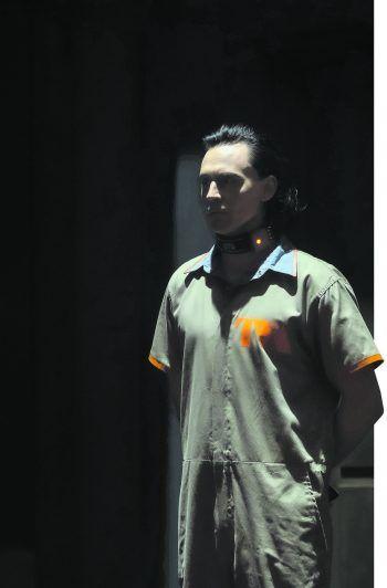 Der Gott des Schabernacks (Tom Hiddleston) wird von Zeithütern in Gewahrsam genommen.