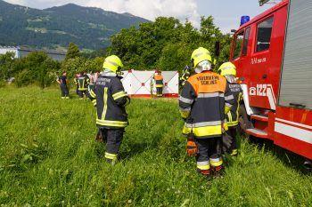 Die Kameraden der Feuerwehr Schlins bargen den Verunglückten. Wieso er in den Vermülsbach stürzte, ist unklar.Foto: Bernd Hofmeister
