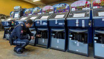 Ein Polizist begutachtet beschlagnahmte Glücksspielautomaten.Fotos: Paulitsch, VOL Live/Mayer