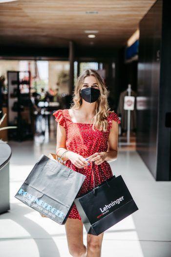 """<p class=""""caption"""">Eine erfolgreiche Ausbeute: """"In diesen Shops macht das Shoppen wirklich Spaß!"""", meint W&W-Model Daria.</p>"""