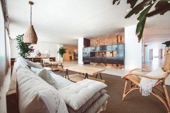 """<p class=""""caption"""">Eine komplette Wohlfühl-Oase – die Rooftop-Bar auf der Dachterasse vom Amare Beach Hotel Ibiza**** ist ein absolutes Highlight.</p>"""