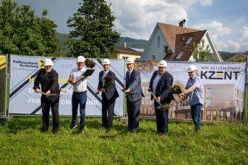 Es entstehen drei Baukörper in Massivbauweise mit einer hochwertigen Klinkerfassade, die einen besonderen Akzent für die Region setzen. Die Fertigstellung ist für Ende 2022 geplant.