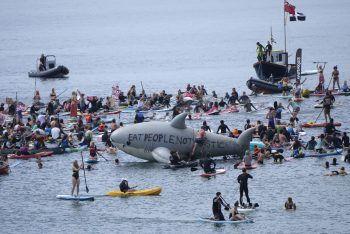 <p>Falmouth. Wütend: Wie jedes Jahr wird der G7-Gipfel auch heuer wieder von Protesten begleitet – wie hier in Gyllyngvase Beach, wo Demonstranten auf die Verschmutzung der Meere aufmerksam machen.</p>