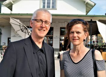 "<p class=""caption"">Galerist Erhard Witzel mit Künstlerin Uta Belina Waeger.</p>"