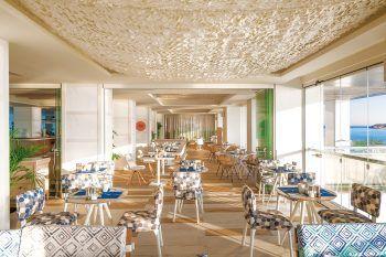 """<p class=""""caption"""">Gemütlich eingerichtet ist die Lounge im Amare Beach Hotel Ibiza**** und auch die Zimmer bieten modernsten Komfort.</p>"""