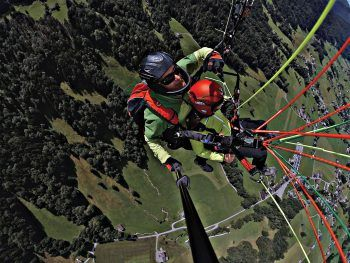 """<p class=""""caption"""">Geniale Aktion: Jetzt kann man einen Tandem-Flug mit dem Panto Outdoor-Paragleiter gewinnen – und den Bregenzerwald von oben erleben.</p>"""