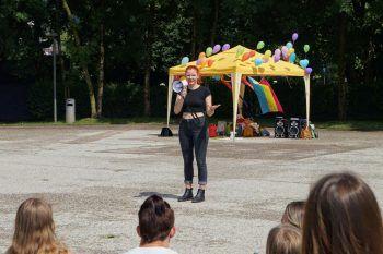 """<p class=""""caption"""">Jana König als Sprecherin im Rahmen der """"Pride Week"""" auf dem Platz der Wiener Symphoniker vor dem Bregenzer Festspielhaus.</p>"""