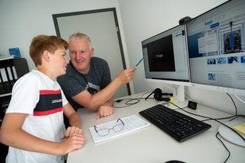 """<p class=""""caption"""">Jonas durfte seinem Papa in der Firma Faigle über die Schultern schauen.</p>"""