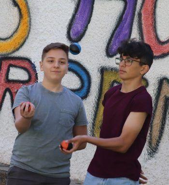 """<p class=""""caption"""">Jonglieren macht auch zu zweit Spaß.</p>"""