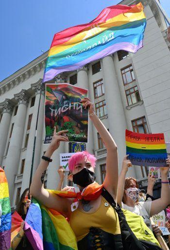 <p>Kiew. Bestimmt: Aktivisten demonstrieren vor dem ukrainischen Präsidentensitz für mehr LGBTIQ-Rechte. Fotos: dpa, APA, AP, AFP</p>