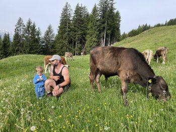 """<p class=""""caption"""">Kilian und sein Papa auf der Alp am Bartholomäberg.</p>"""