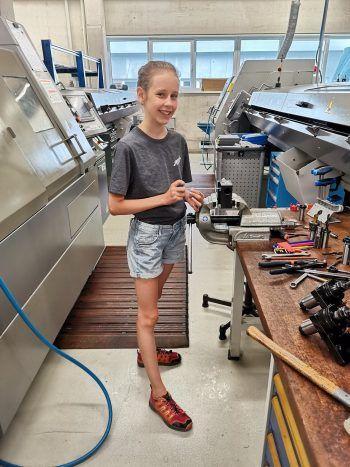 """<p class=""""caption"""">Laura hatte viel Spaß bei der Arbeit mit ihrem Vater in der Firma Gerola Metalltechnik.</p>"""