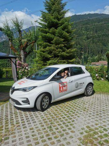Mit dem Renault Zoe vom Autohaus Malin holt Marina regelmäßig den kleinen Lion vom Kindergarten ab. Fotos: handout/Gammel