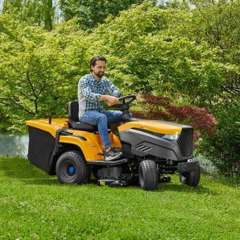 Mit dem Stiga Akku-Rasentraktor ist das Rasenmähen ein Vergnügen. Fotos: handout/Klien
