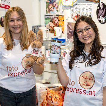 Mit viel Feingefühl werden die Geschenksideen bei fotoexpress.at von Marlene und Azra gefertigt. Fotos: handout/Foto Winder