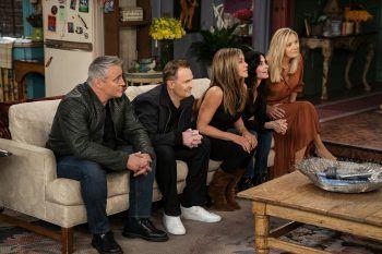 """<p class=""""caption"""">Nach 17 Jahren endlich wieder vereint: Ross (David Schwimmer, großes Bild), Joey (Matt LeBlanc), Chandler (Matthew Perry), Rachel (Jennifer Aniston), Monica (Courteney Cox) und Phoebe (Lisa Kudrow).</p>"""