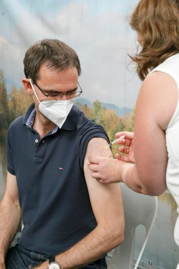 <p>Nenzing. Sicher: Landeshauptmann Markus Wallner erhält die zweiteCorona-Schutzimpfung.</p>
