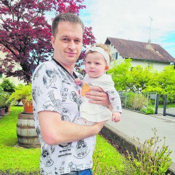 Papa Marc ist mit Valeria auf dem Weg zu einem Spaziergang an der Sonne. Foto: handout/privat
