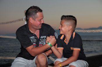 """<p class=""""caption"""">Luis mit seinem Papa Roland beim Alpabtrieb: """"Mein Papa ist mein Held und mein bester Freund.""""</p>"""