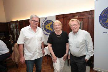 """<p class=""""caption"""">Tone Schneider mit Christa und Elmar Gasser.</p>"""