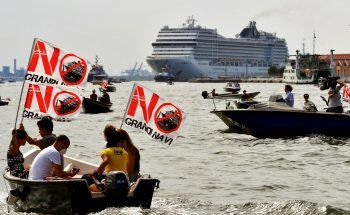"""<p>Venedig. Erzürnt: Umweltschützer der Gruppe """"No Grandi Navi"""" demonstrieren auf einem Boot gegen Kreuzfahrtschiffe in der Lagunenstadt.</p>"""