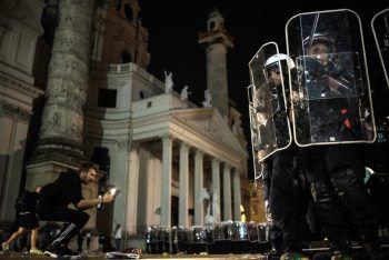 <p>Wien. Aufgeheizt: Im Rahmen von Feiern kam es in der Nacht auf gestern zu Ausschreitungen im Resselpark, acht Polizisten wurden verletzt.</p>