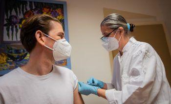 <p>Wien. Immunisiert: Bundeskanzler Sebastian Kurz bei seiner ersten Corona-Teilimpfung mit Astra-Zenenca am Freitag.</p>