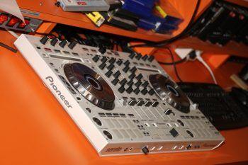 """<p class=""""caption"""">Zukünftige DJs mischen den Sound.</p>"""