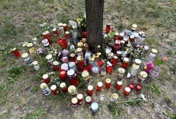 Am Fundort des getöteten 13-jährigen Mädchens in Wien-Donaustadt wurden zahlreiche Kerzen und Blumen abgelegt. Foto: APA